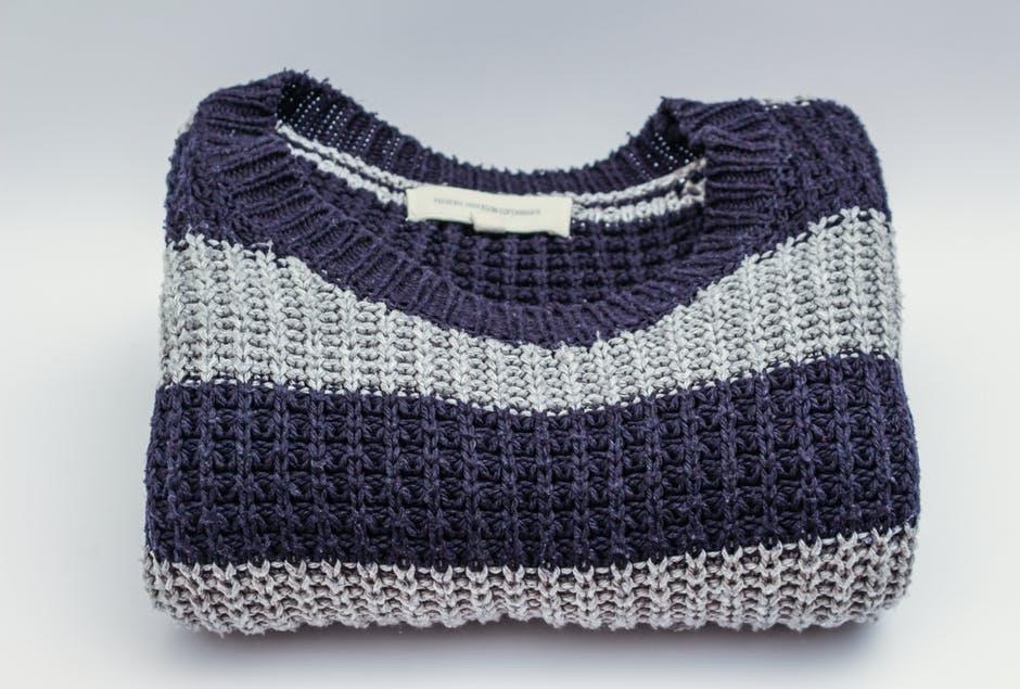 Jersey de punto grueso de lana a rayas azules y grises moda de invierno sostenible